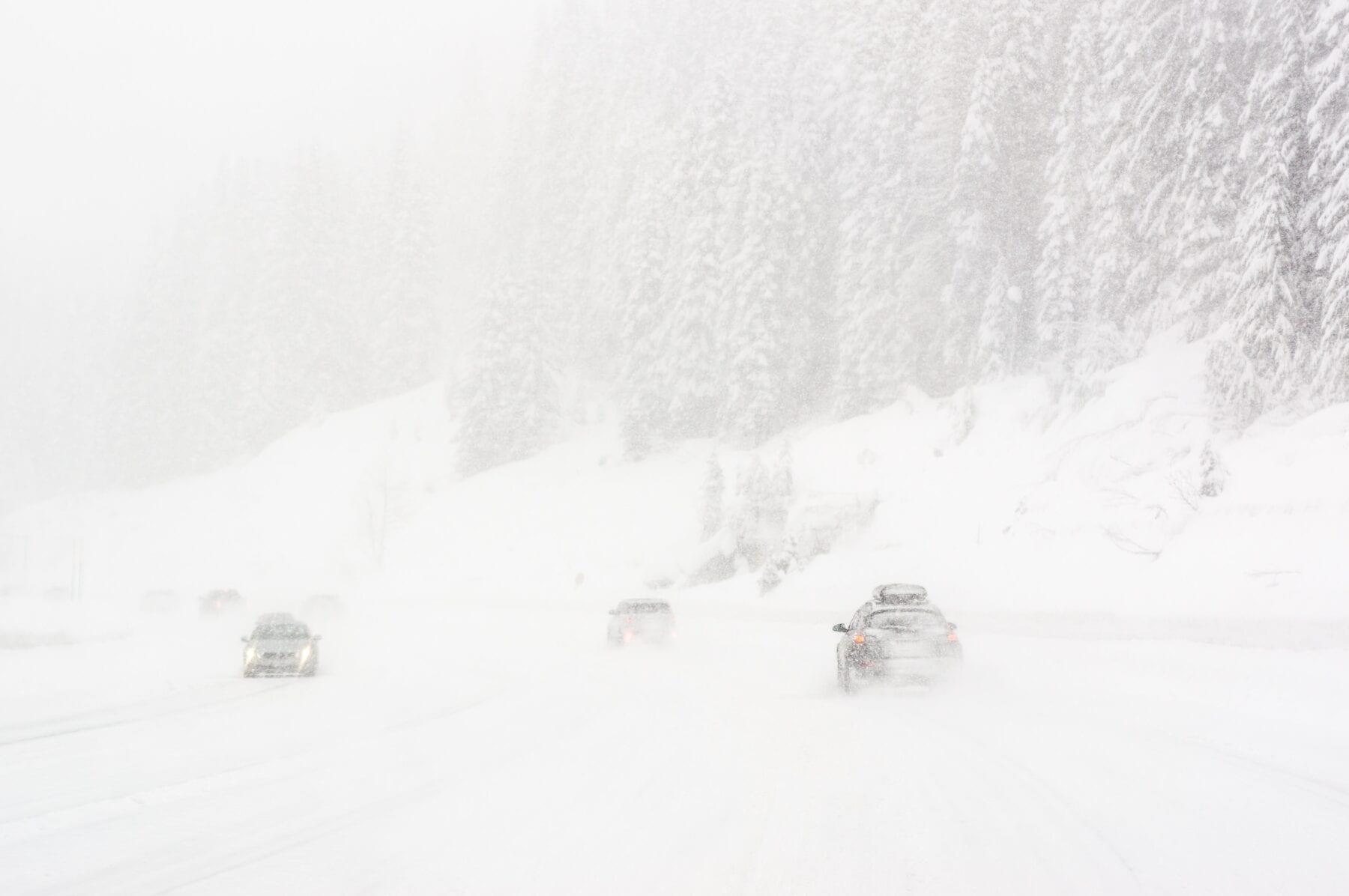 Met de auto op wintersport sneeuw op de weg