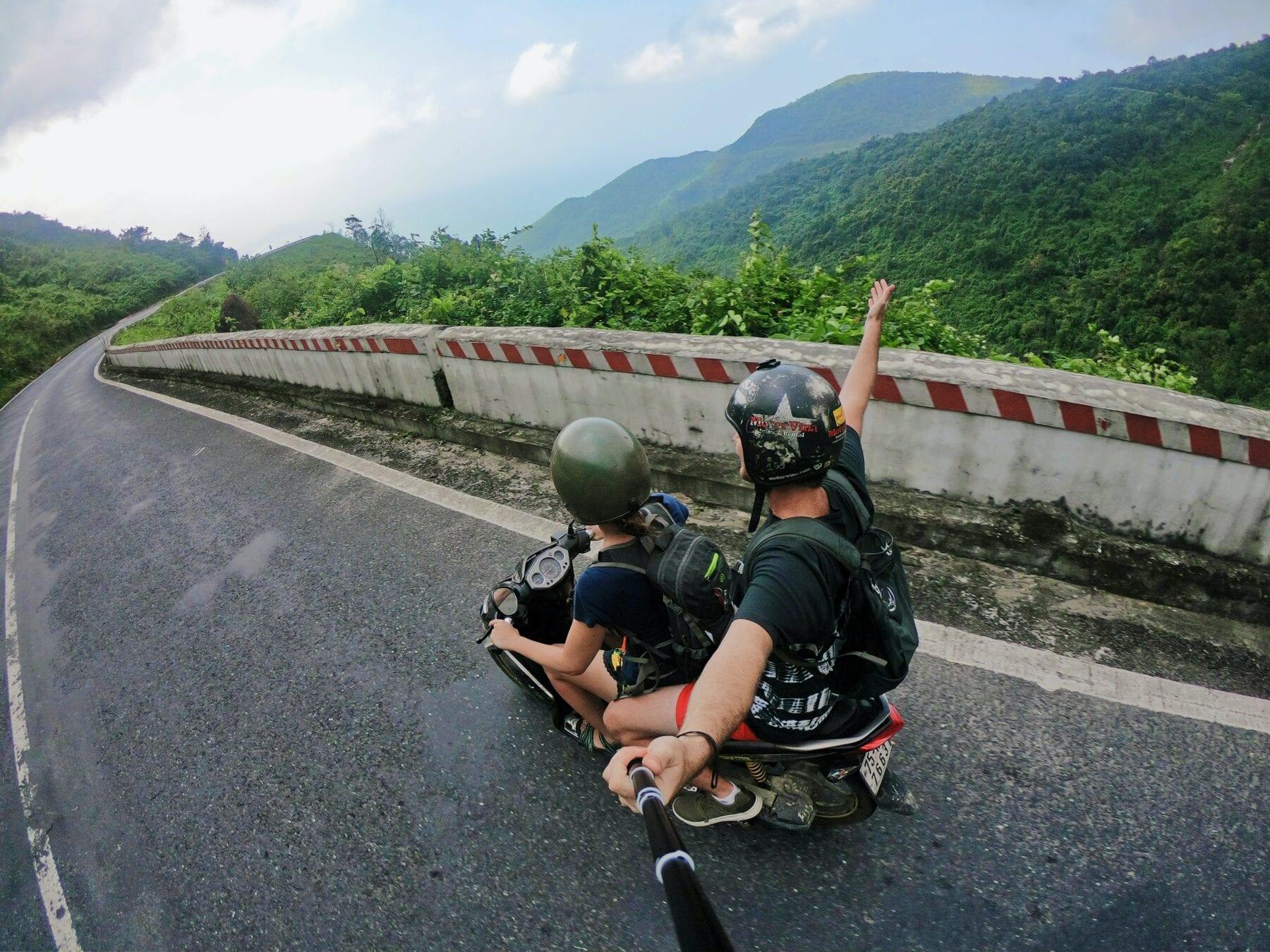 backpackers uitgelegd backpacker op een scooter