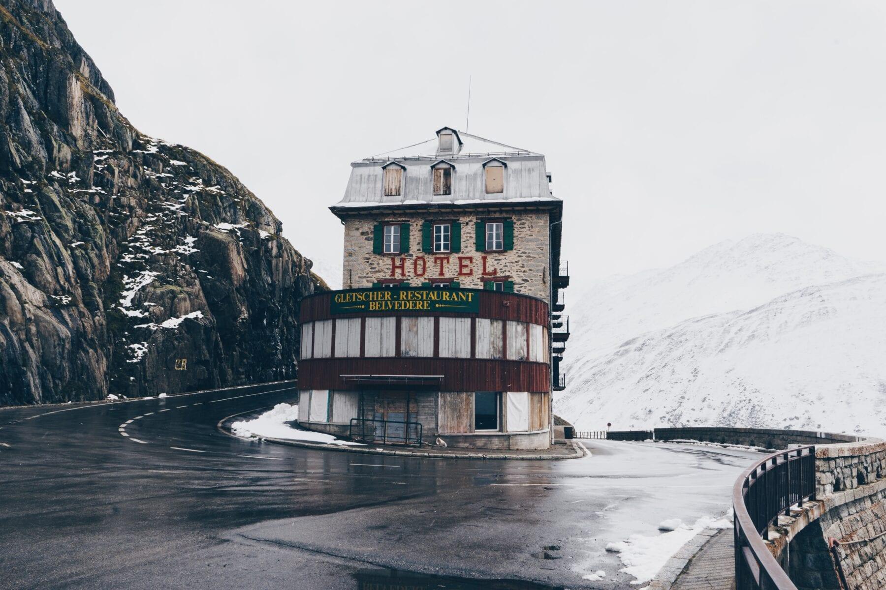 Hotel aan een bergpas in de Alpen
