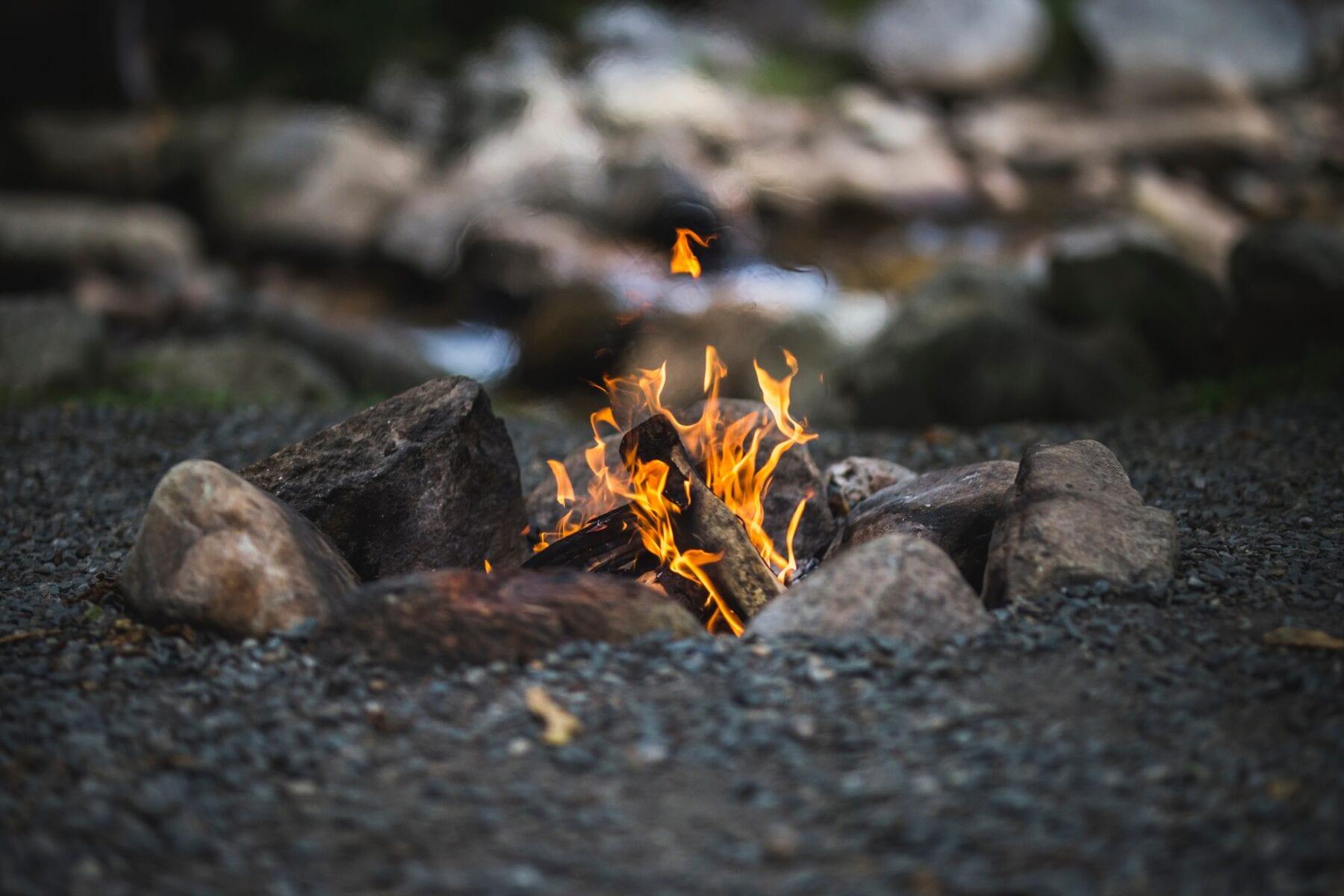 Koken op vuur hete stenen