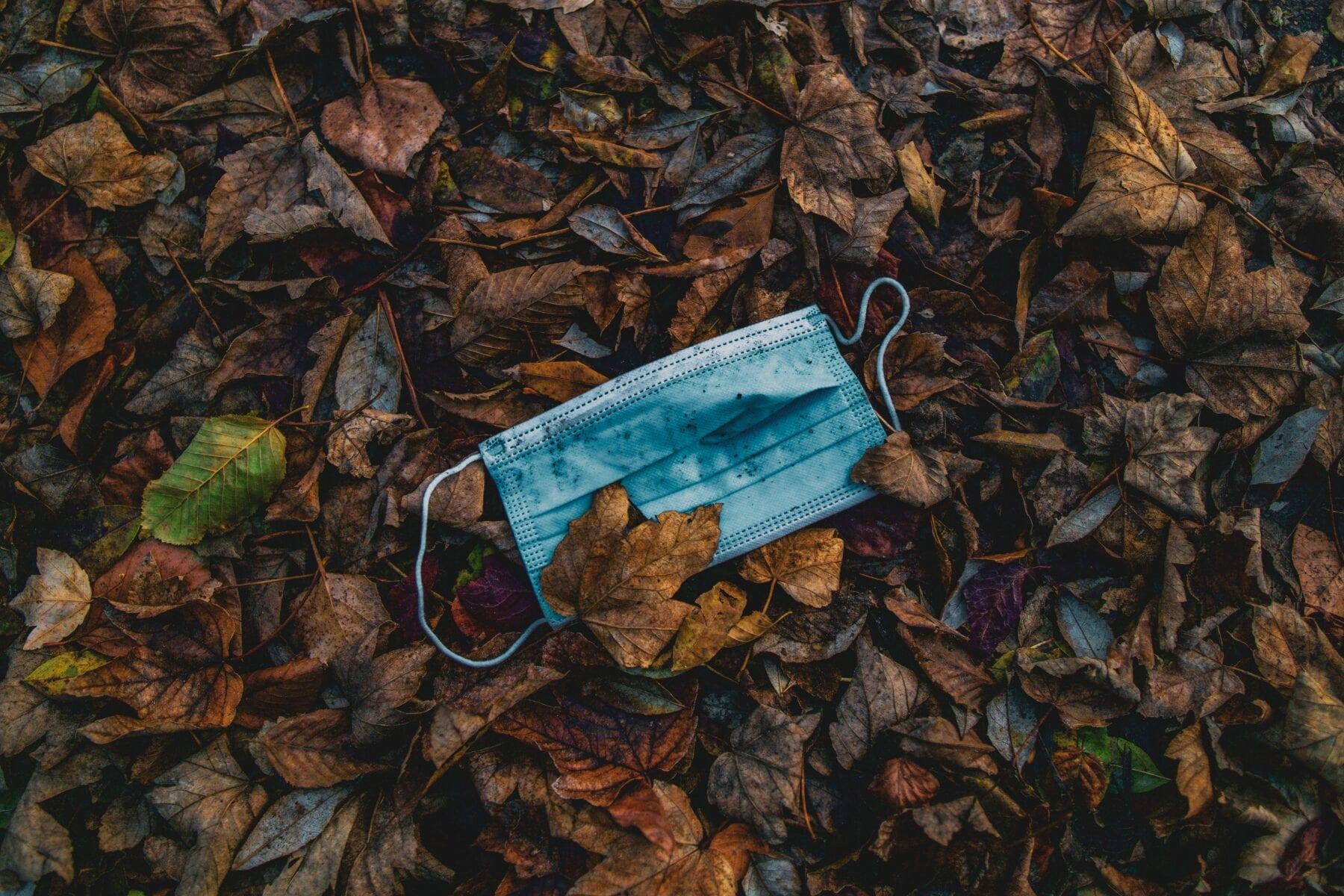 Een mondkapje weggooien