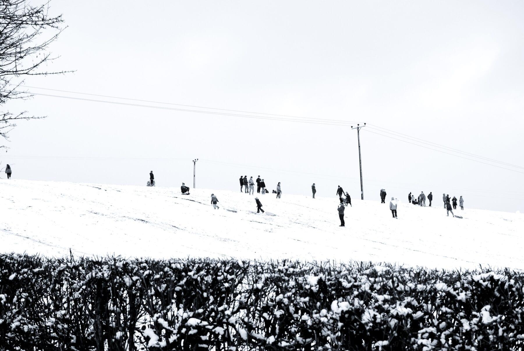 Sleeën van een berg sneeuw