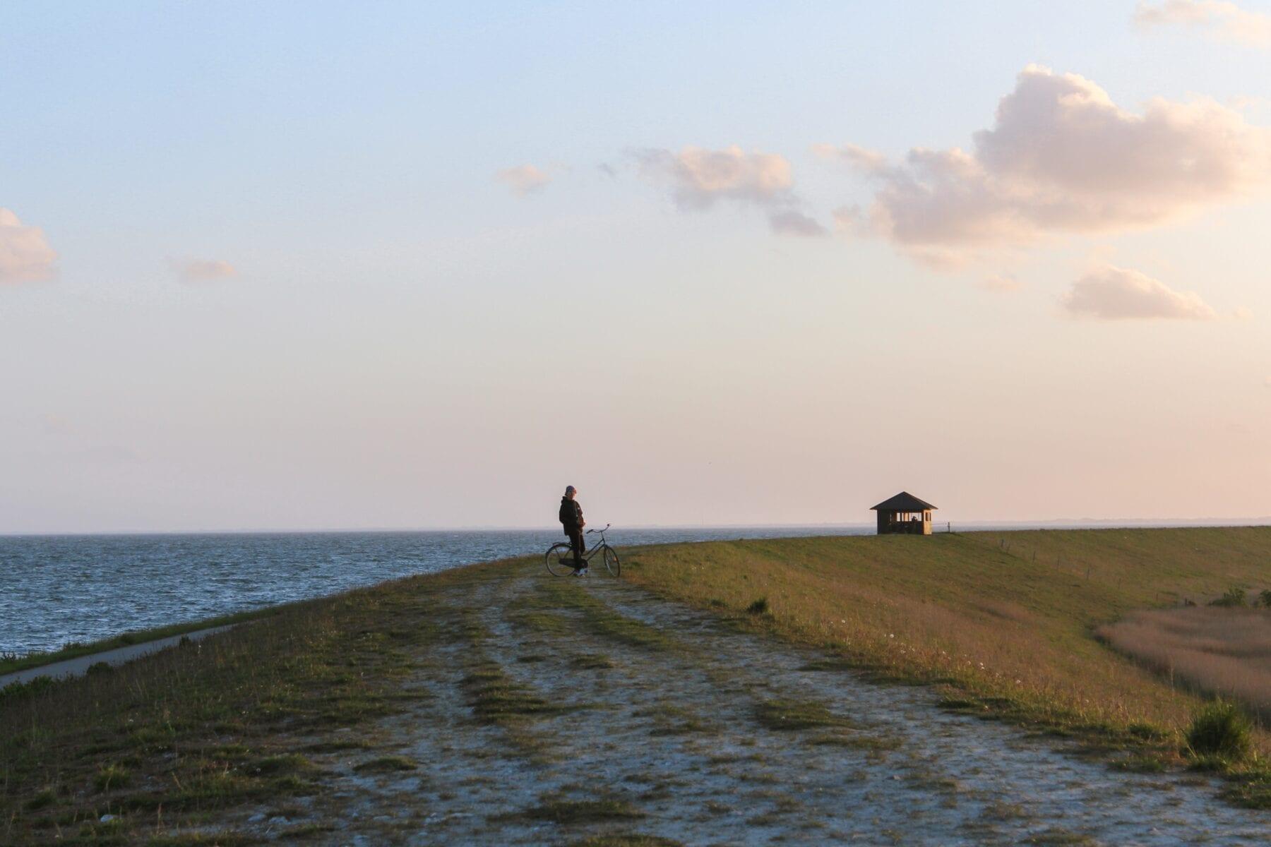 Mooi uitzicht over de zee en heuvels van Denemarken