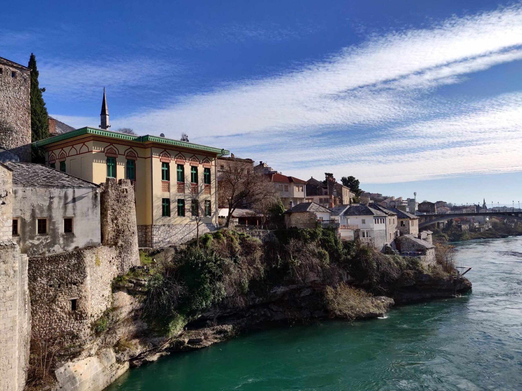 Huizen aan een cliff in Bosnië en Herzegovina