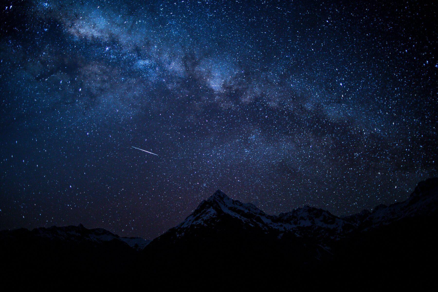 Vallende ster in de bergen
