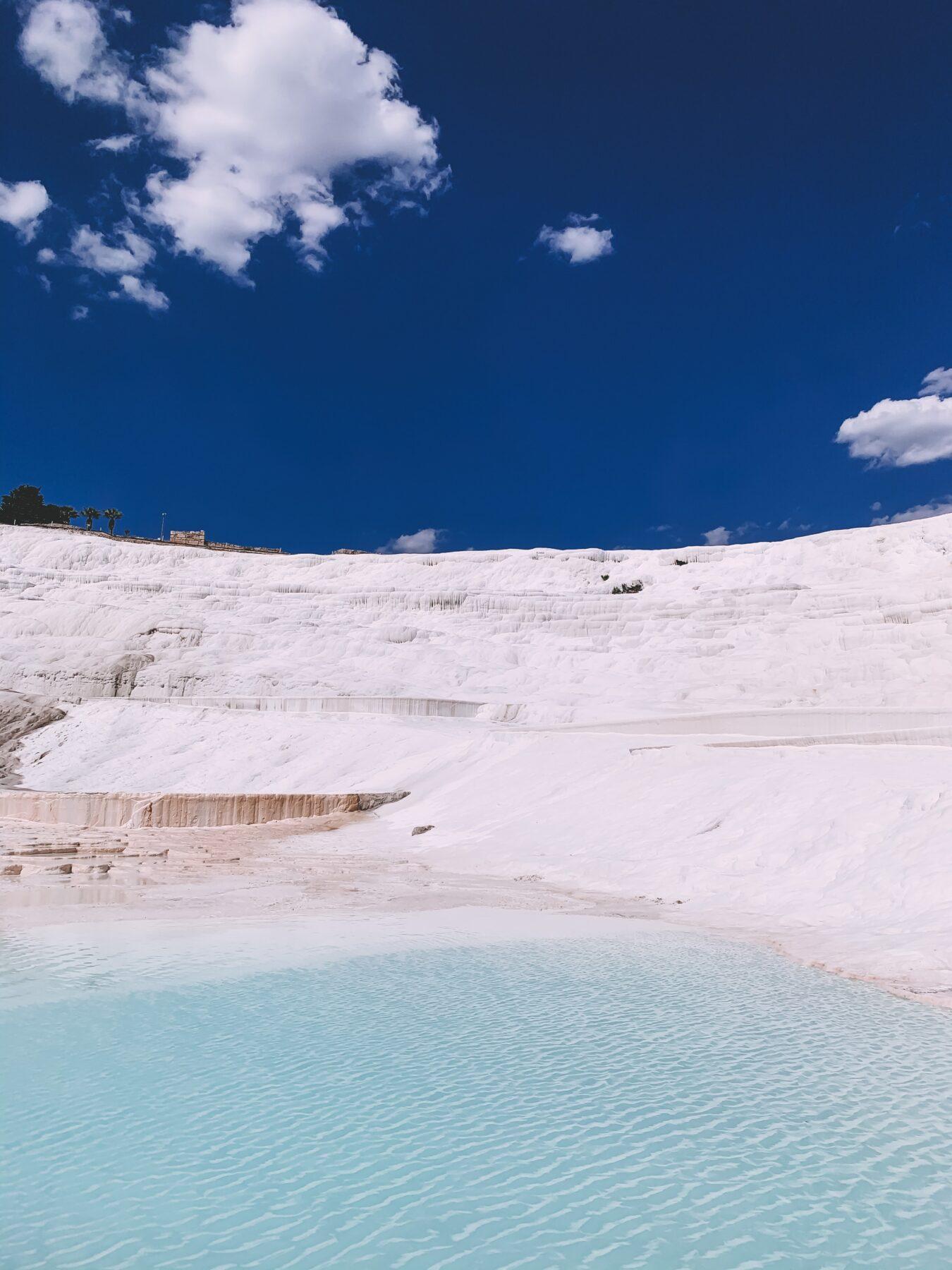 Uitzicht witte rotsformaties en blauw kalkwater