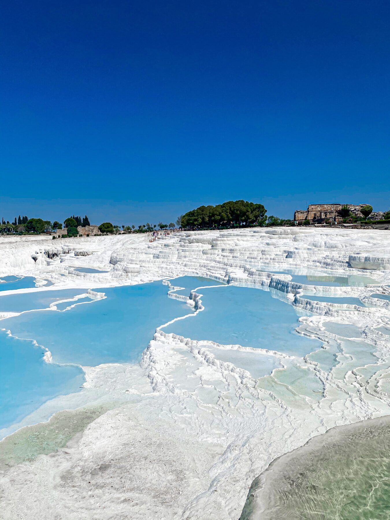 Pamukkale, witte rotsformaties helderblauw water